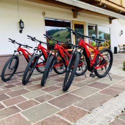 E-Bikes auf Terrasse © Hotel Seelos