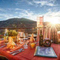 Gedeckter Tisch Terrasse Mit Sonne (c) Hotel Bergheimat