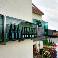 Polz-Weinflaschen an der Fassade © Gut Pössnitzberg