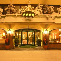 Hoteleingang bei Nacht © TVB Tirol West