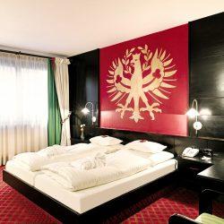 Zimmer mit Wappen © Hotel Schrofenstein